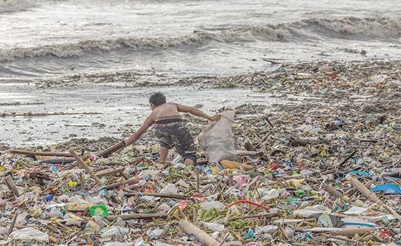 ゴミ捨て場の子どもたち